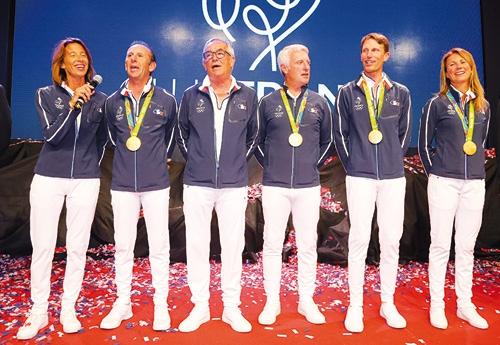 Sophie Dubourg, ici avec l'équipe de Cso française fêtant sa médaille d'Or à Rio