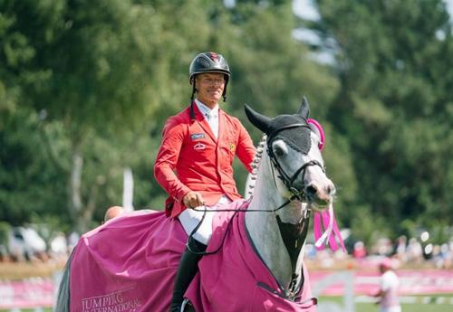 Pius après sa victoire avec Very Good de la Bonn (photo Jumping de Dinard)