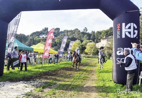 Virginie Atger et Come't d'Ardene à l'arrivée gagnante de sa dernière course 2018, le célèbre CEI*** de Santa Susanna (© Berta Barnils)