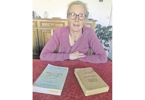 Eliane et les « bibles » que consultaient Michel. D'un côté le stud book du cheval de selle français, section II (1970-1971), de l'autre celui du cheval normand, poulinières (1954-1960)