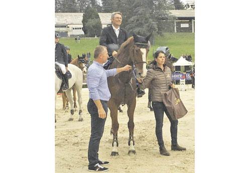 Nicolas Gerke et Ascalys de Rêve, avec Florence Bord remettant son prix (© Centre Équestre du Portail Rouge)
