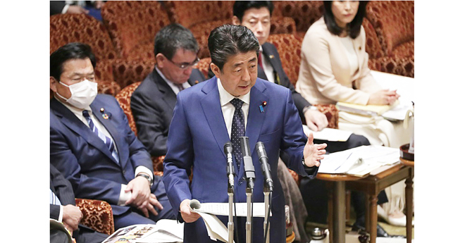 Le Premier ministre japonais Shinzo Abe devant le Parlement à Tokyo le 23 mars 2020 (© JIJI PRESS/AFP)
