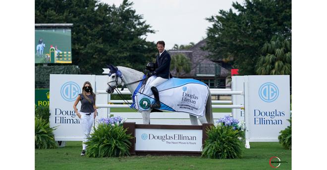 Harrie Smolders (NED) et Une de l'Othain avec Sharon Loayza de Douglas Elliman Real Estate, dans leur présentation gagnante (© Sportfot)