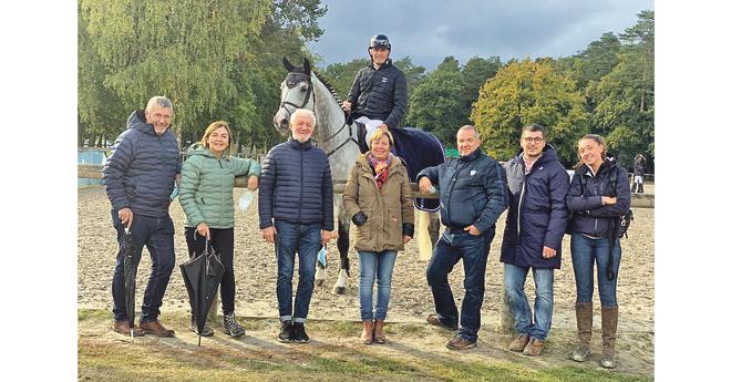 De gauche à droite : Bertrand et Françoise Donzé, Jean-François Jung, Isabelle Abafour, Xavier Prunaux, Maxime Donzé et la groom de Dagon des Baleines
