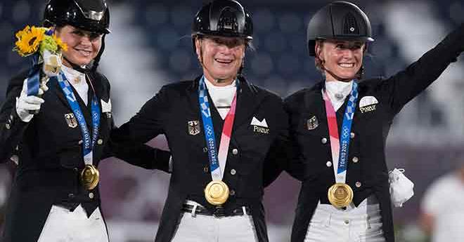Les Allemandes Dorothee Schneider, Isabell Werth et Jessica von Bredow-Werndl célèbrent l'or de l'équipe de dressage.  (FEI/Shannon Brinkman)