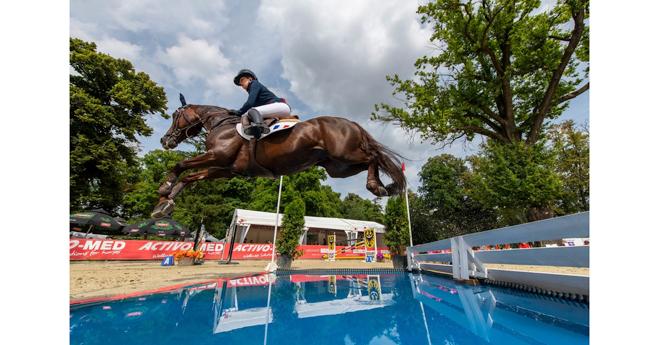 Jeanne Hirel et Vedouz de Nestin, médaillés d'or en équipe et en individuel en saut d'obstacles (© FEI/Lukasz Kowalski)