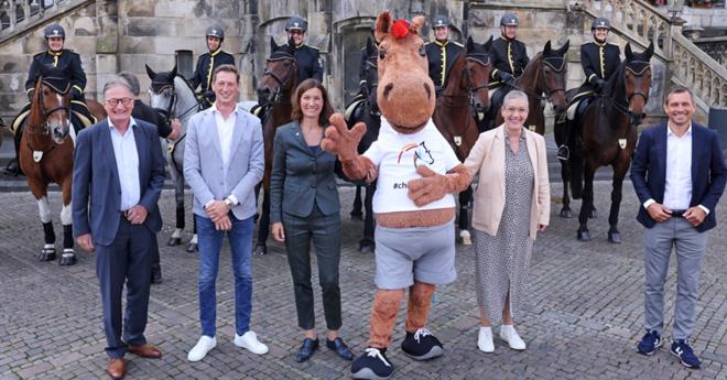 La photo montre la mascotte du CHIO, « Karli », avec Michael Mronz, Sibylle Keupen, Stefanie Peters, Daniel Deusser et Frank Kemperman (© CHIO Aix-la-Chapelle/Andreas Steindl)